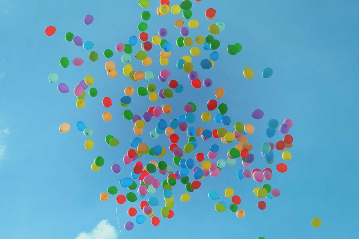 viele bunte Luftballons am Himmel